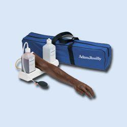 Trainingsarm für intravenöse Injektion und Infusion - braun